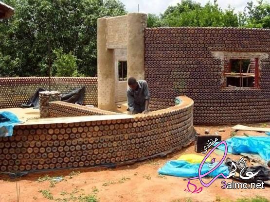 منازل مبنية من العبوات البلاستيكية والطين!